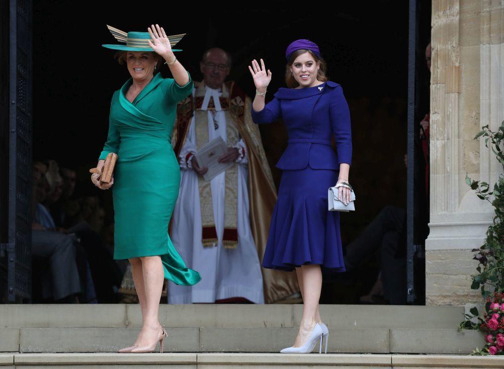Sarah Ferguson con su hija Beatriz en la boda de su otra hija, la...