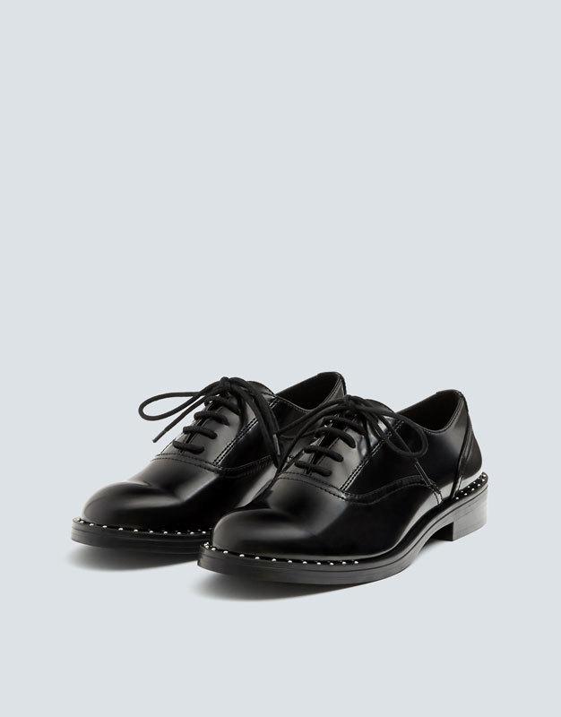 Zapatos Oxford con tachas, de Pull&Bear 29,99 euros
