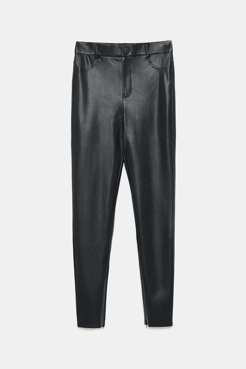Pantalones de cuero efecto, de Zara 19,95 euros.