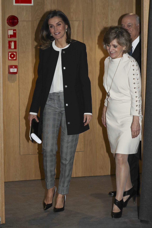 La Reina Letizia con un look a base de básicos.