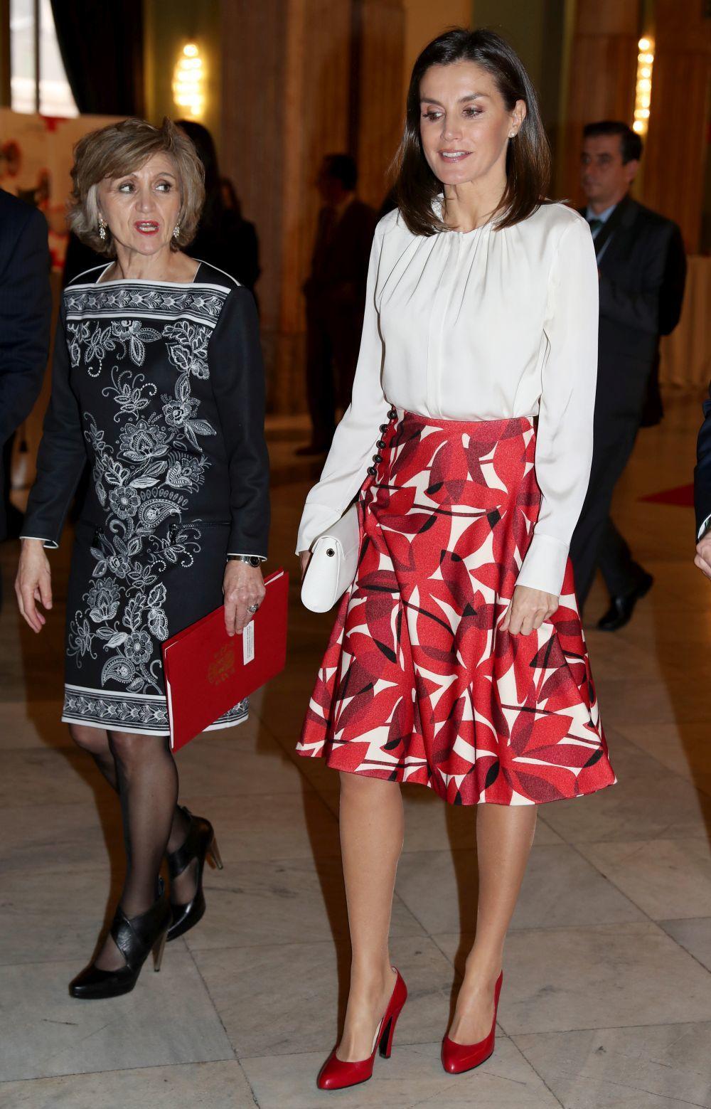 Letizia con una falda roja de Carolina Herrera.