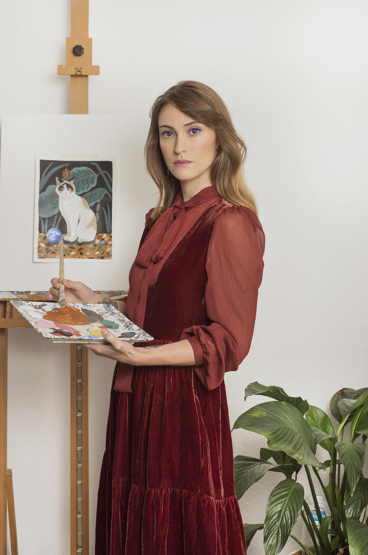 En la imagen, la pintora Mercedes Bellido con vestido, con vestido...