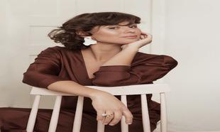 Julieta Álvarez posa con vestido de seda marrón de MARLOTA,...