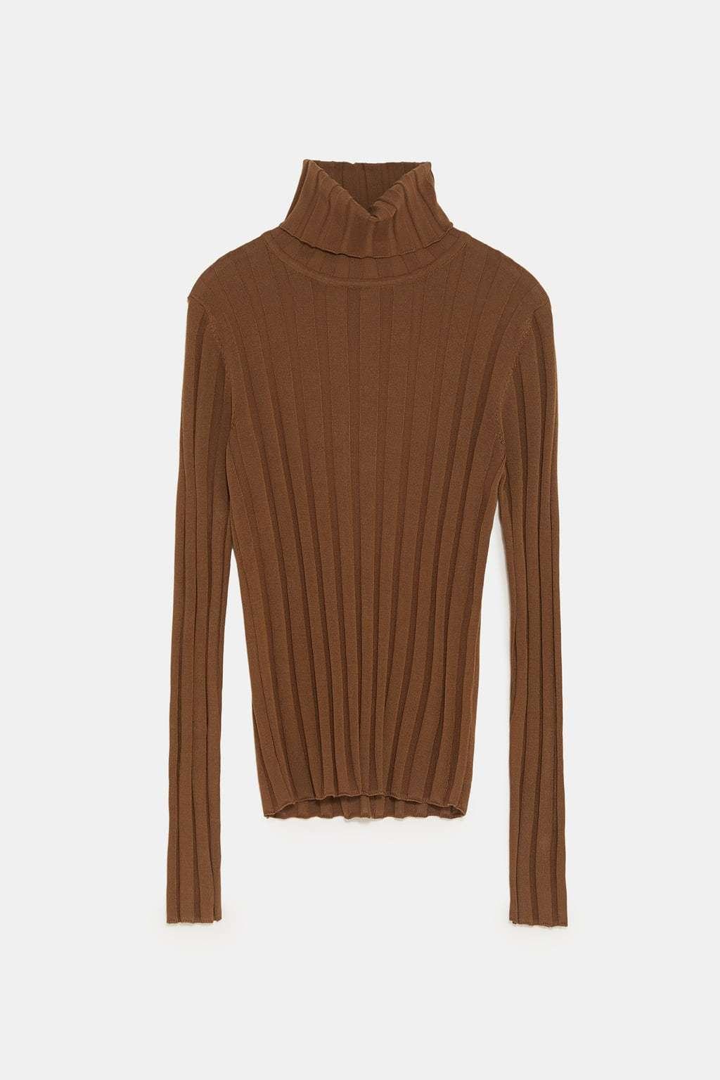 Jersey de punto canalé y cuello alto, de Zara (25,95 euros).