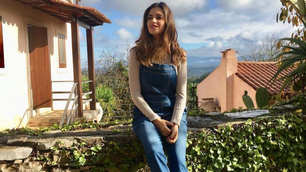 Sara Carbonero con peto vaquero.