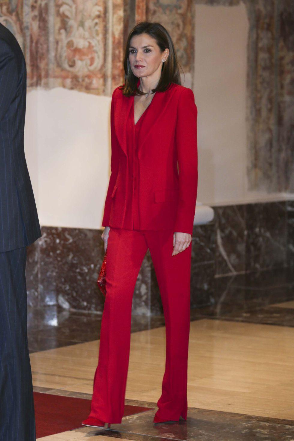 Letizia con un sastre en color rojo