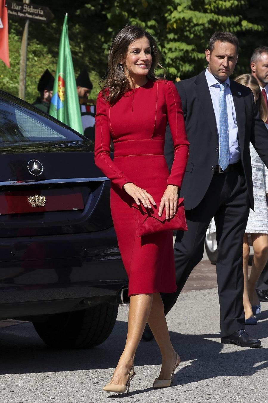 Letizia con vestido rojo y salones en color nude.