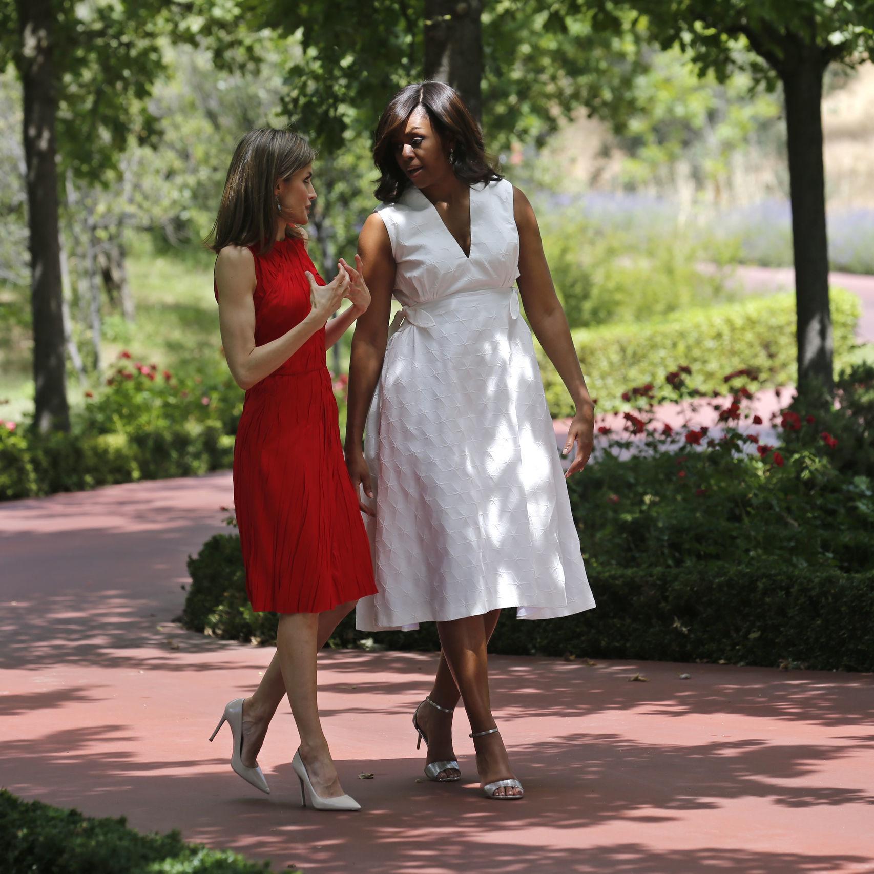 La reina Letizia junto a Michelle Obama, con vestido rojo y salones en...