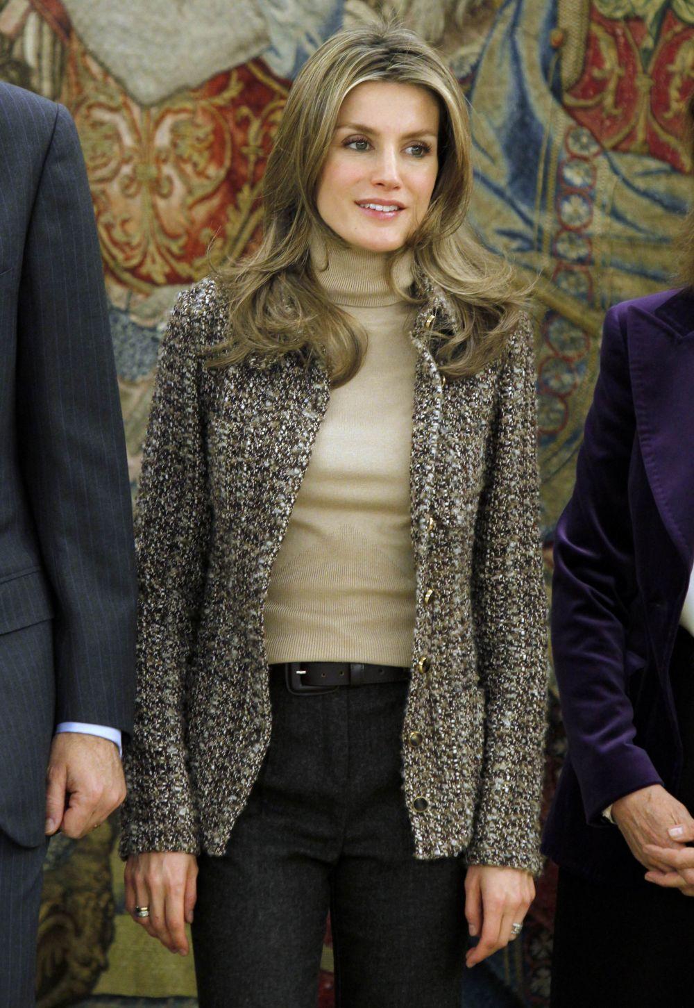 La Reina Letizia en 2011 con el pelo mucho más rubio y largo que en...