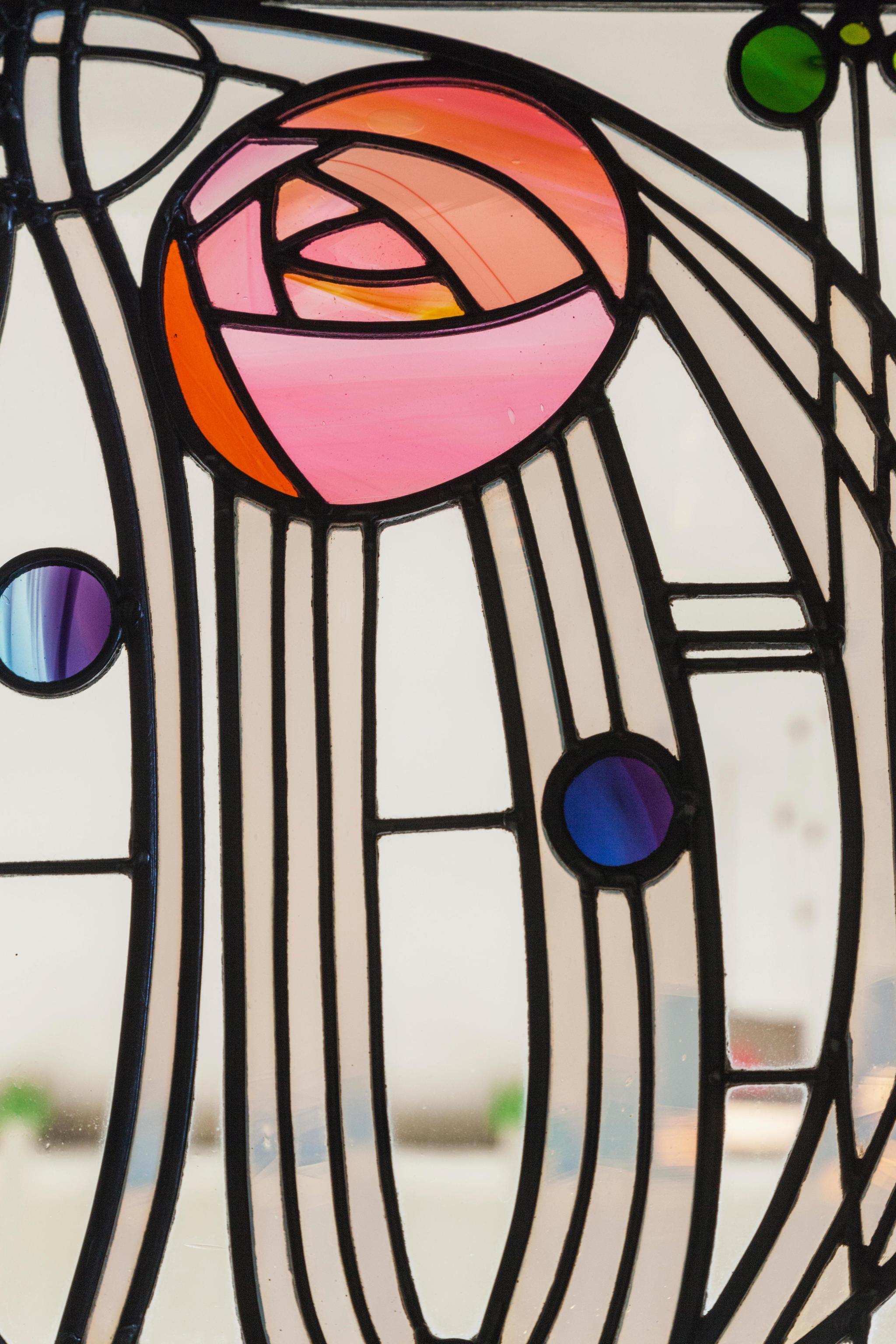 Vidriera con el símbolo de la rosa muy presente en la obra
