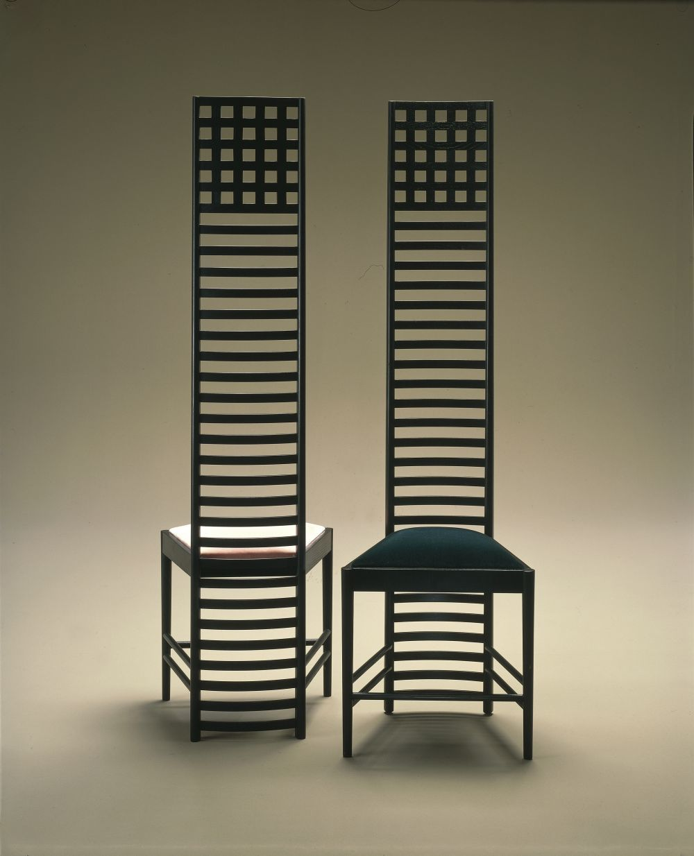 Las sillas Hill House con fomra de escalera son uno de los sellos de...
