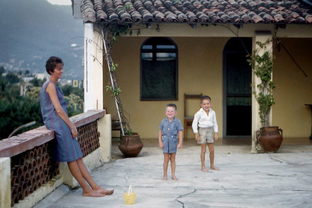 Lucia  con sus dos hijos en México