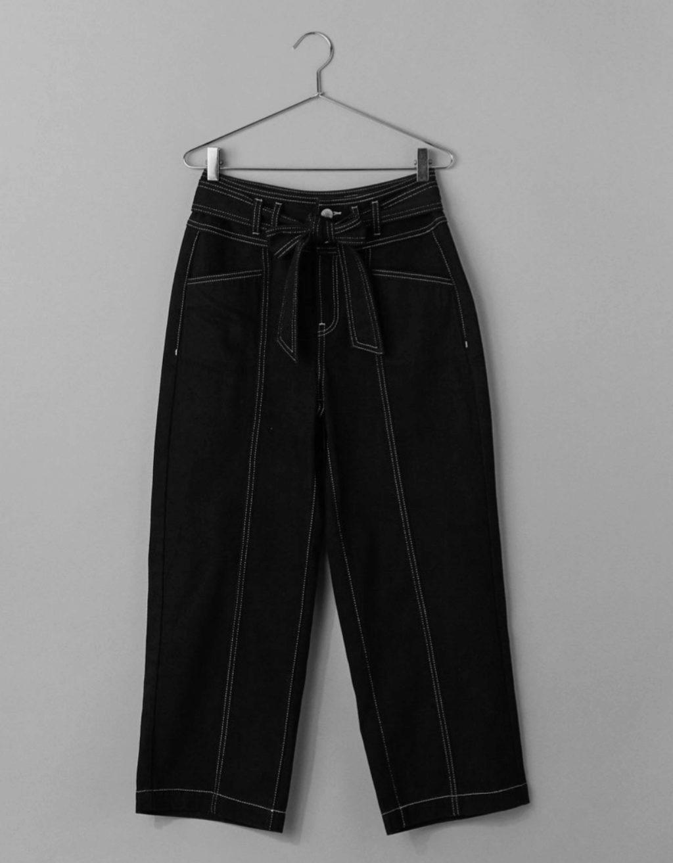 Paper bag con cinturón en negro de Bershka, (29,99 euros)