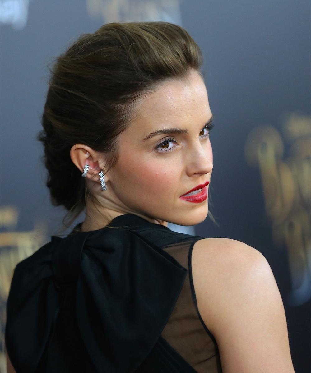 Emma Watson con un recogido con volumen en las raíces que le hace...