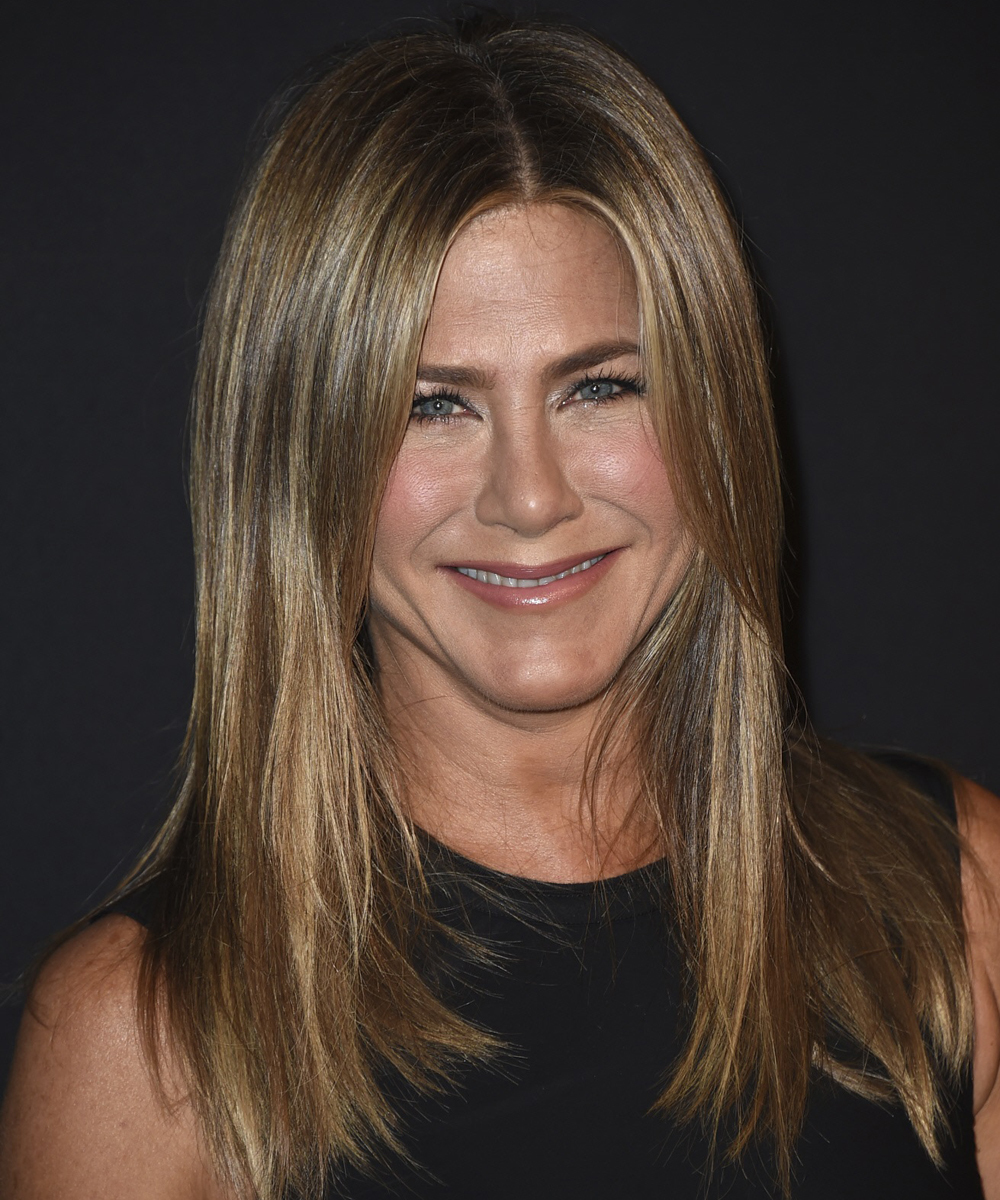 Jennifer Aniston es fiel a las mechas rubias que dulcifican su rostro...