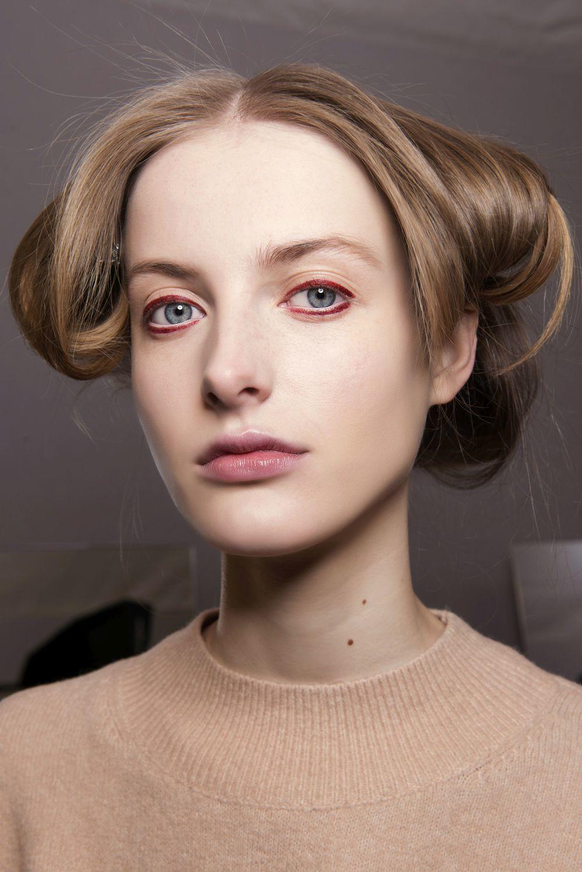 Dior también apuesta por enmarcar los ojos con eyeliner rojo para...