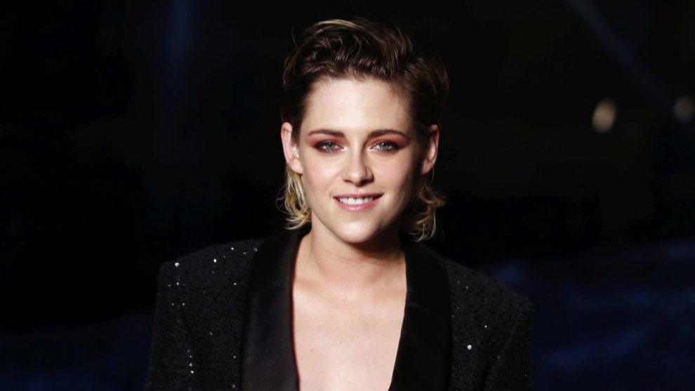 Kristen Stewart luciendo una sombra de ojos roja con puntos de luz...