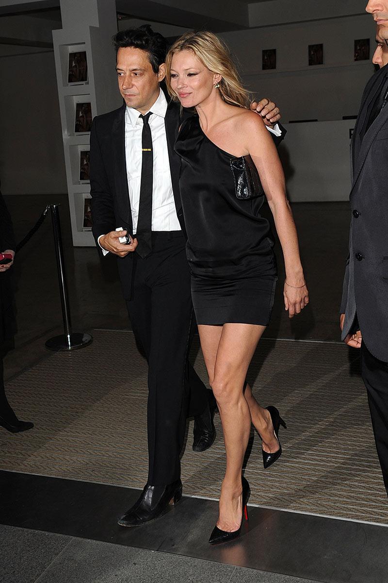 Kate Moss con un vestido negro y asimétrico.