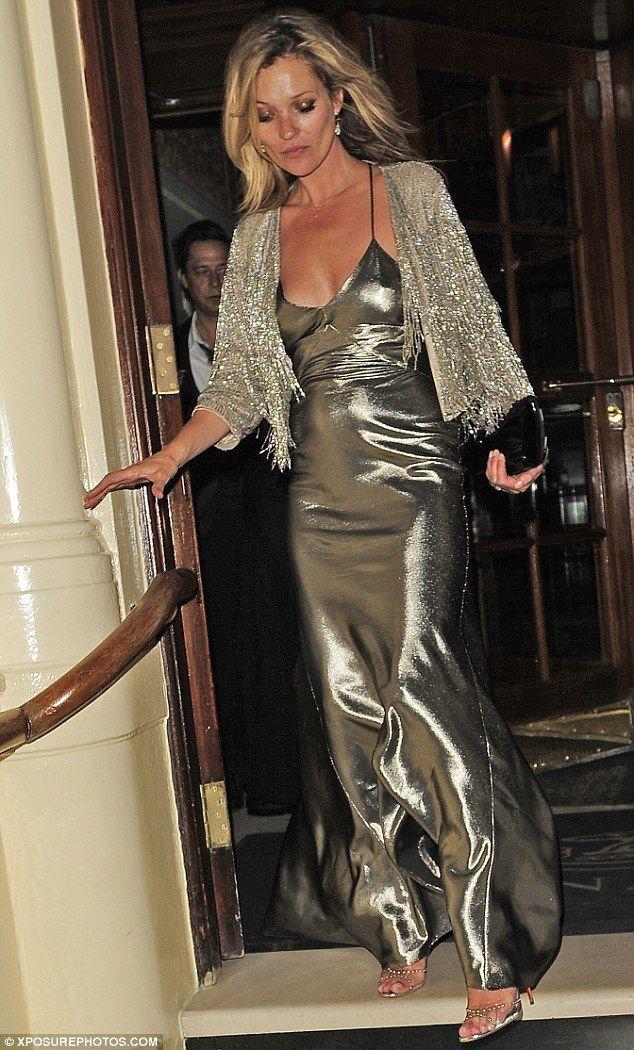 Kate Moss con un vestido metalizado.