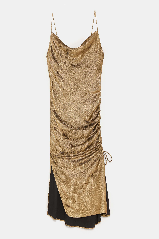 Vestido metalizado de Zara (39,95 euros).