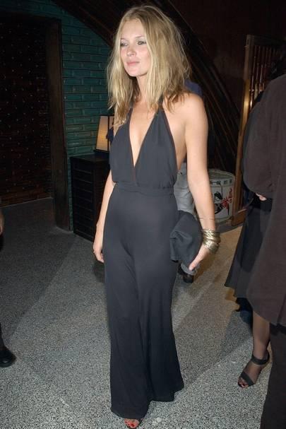 Kate Moss enfundada en un jumpsuit.