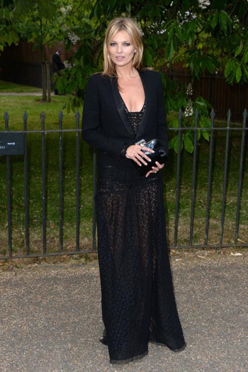 Kate Moss con un vestido negro largo con escote en uve.