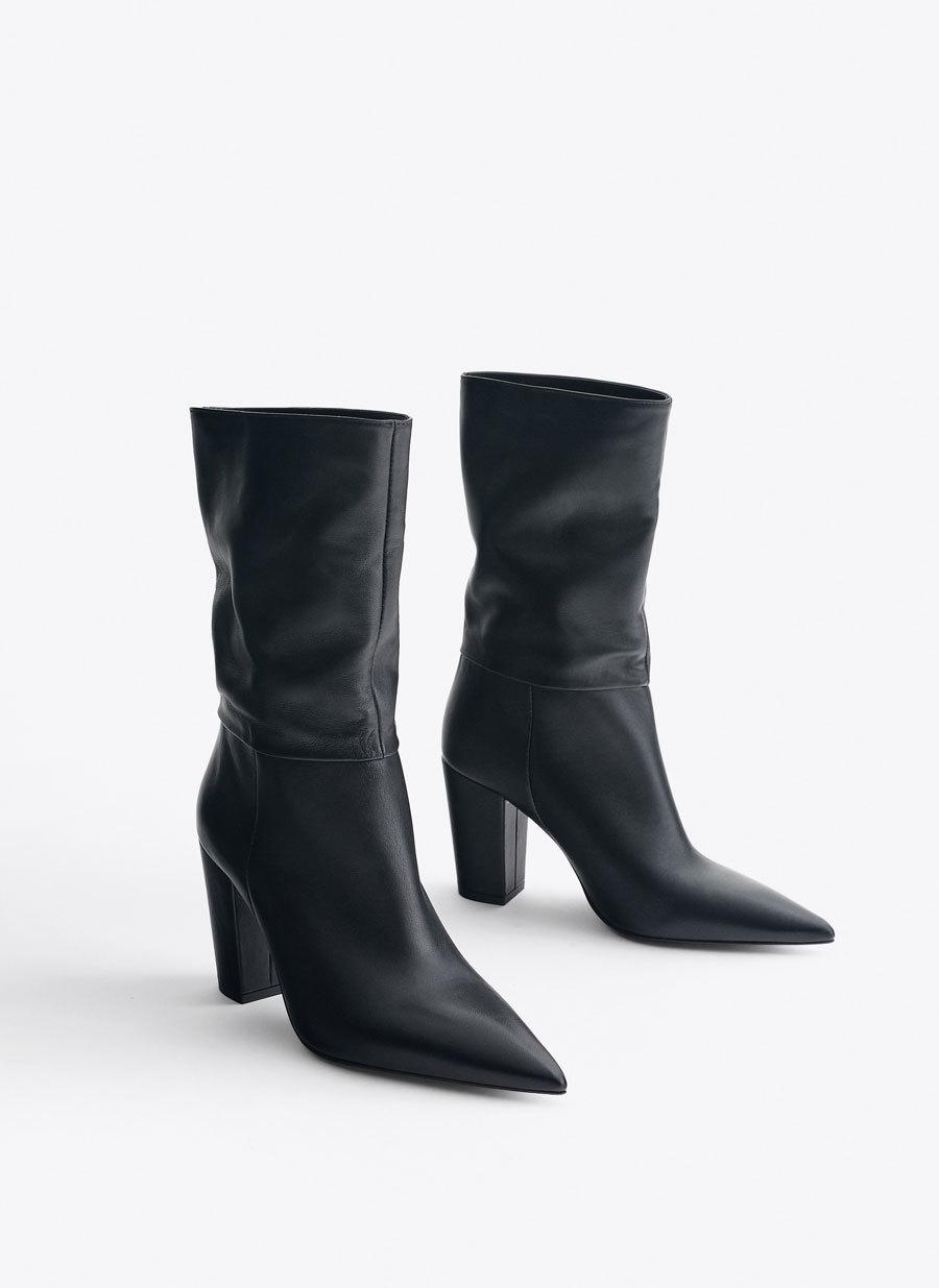 Botas piel arrugado negro de Uterqüe. (129,00 euros).