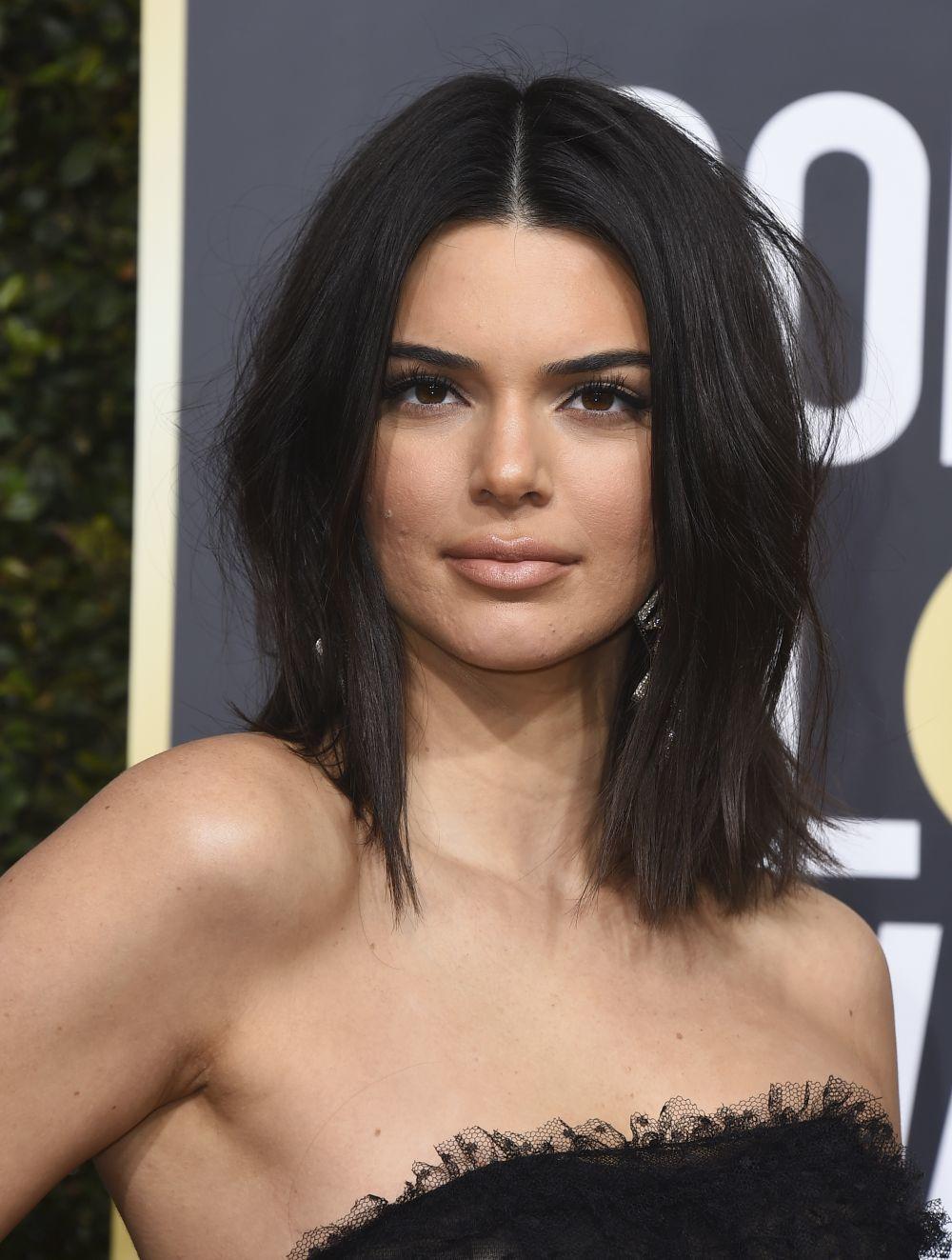 Kendall Jenner con su brote de acné sobre la alfombra roja en los...