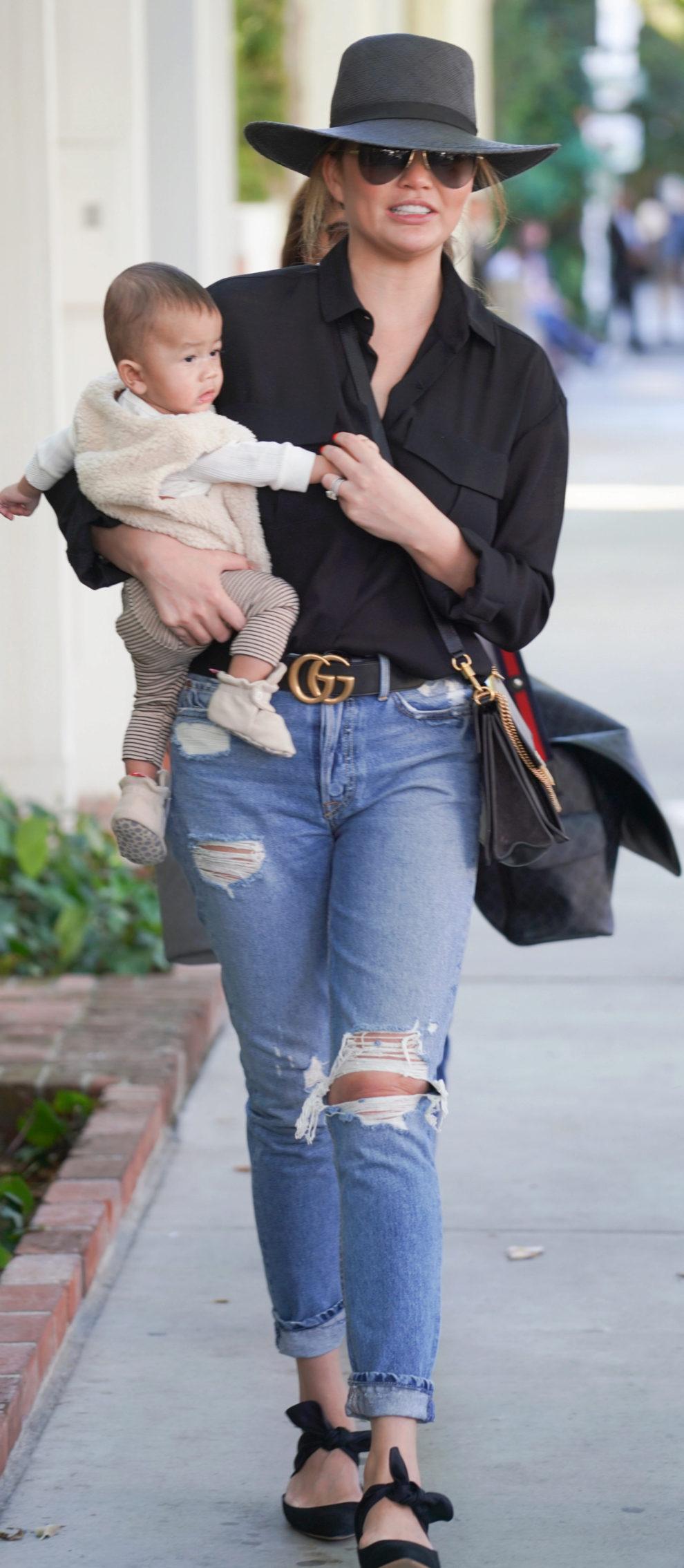 Chrissy Teigen de compras por Los Ángeles.