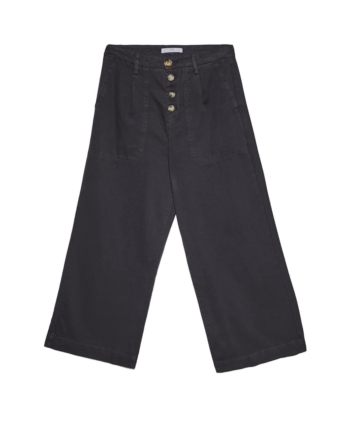 Pantalón de botones, de Stradivaius (25,99 euros).