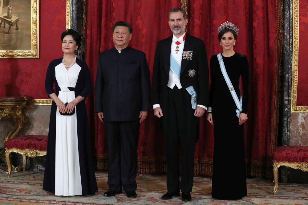 Don Felipe y Doña Letizia con El residente chino Xi Jinping, y su...