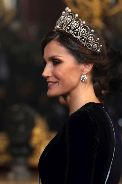 Con un elegante moño la reina remató el estilismo royal