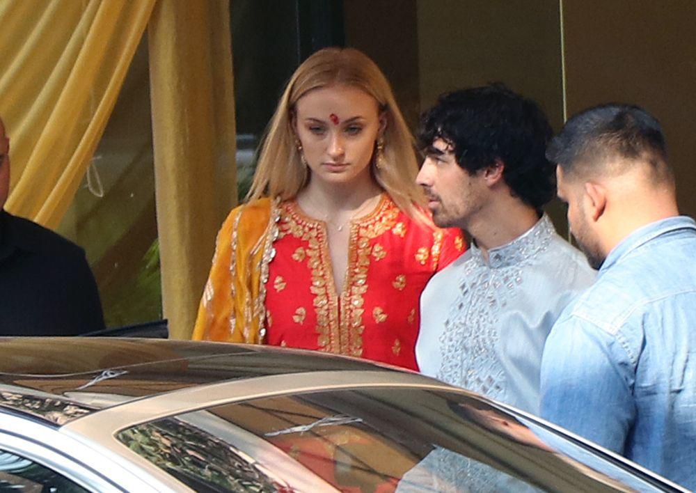 Joe Jonas, y su prometida Sophie Turner luciendo trajes tradicionales...