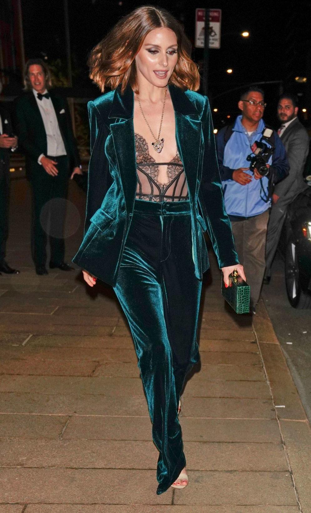 Olivia Palermo con traje de terciopelo y body lencero.