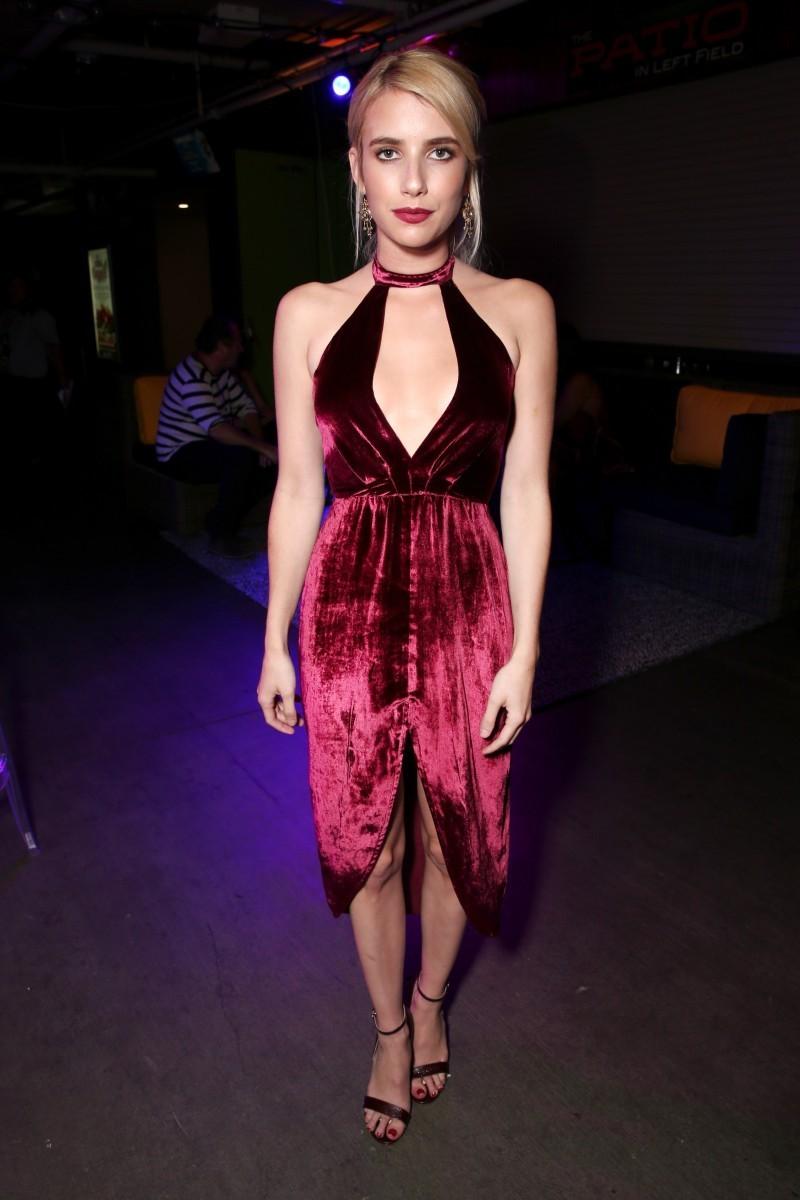 Emma Roberts con vestido de terciopelo asimétrico.