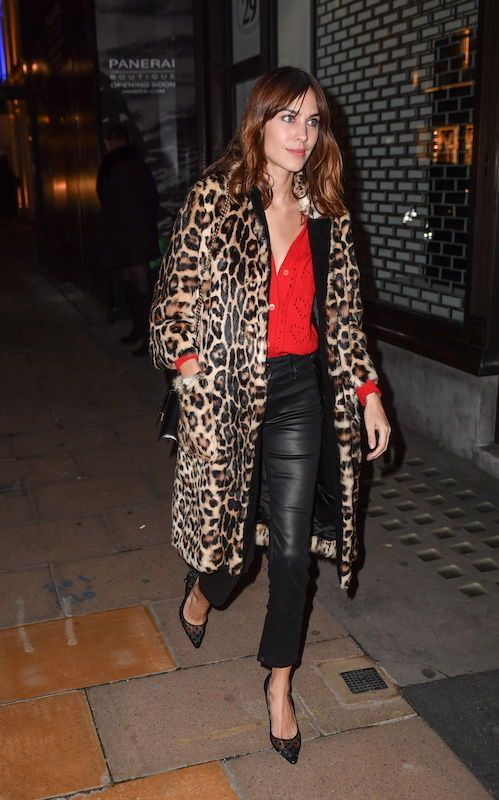 Alexa Chung con abrigo de leopardo.