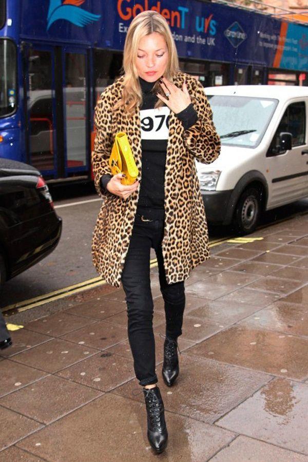 Kate Moss con pitillos negro y abrigo de leopardo.