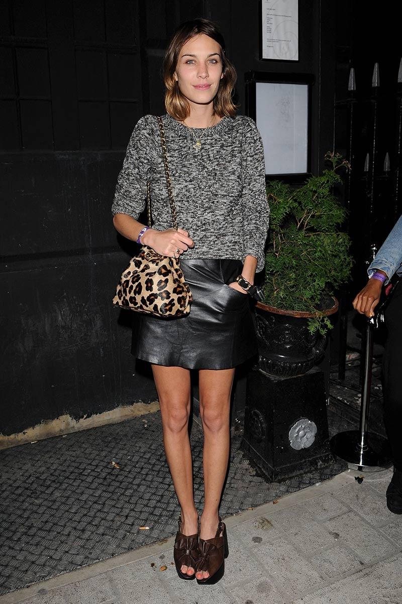 Alexa Chung con bolso en leopard print.