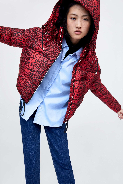 Abrigo de plumas con print de serpiente, de Zara (49,95 euros).