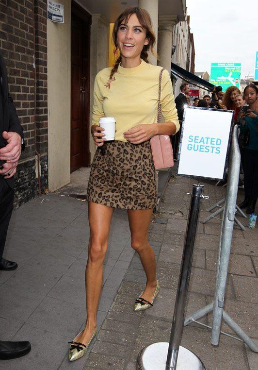 Alexa Chung con falda de leopardo.