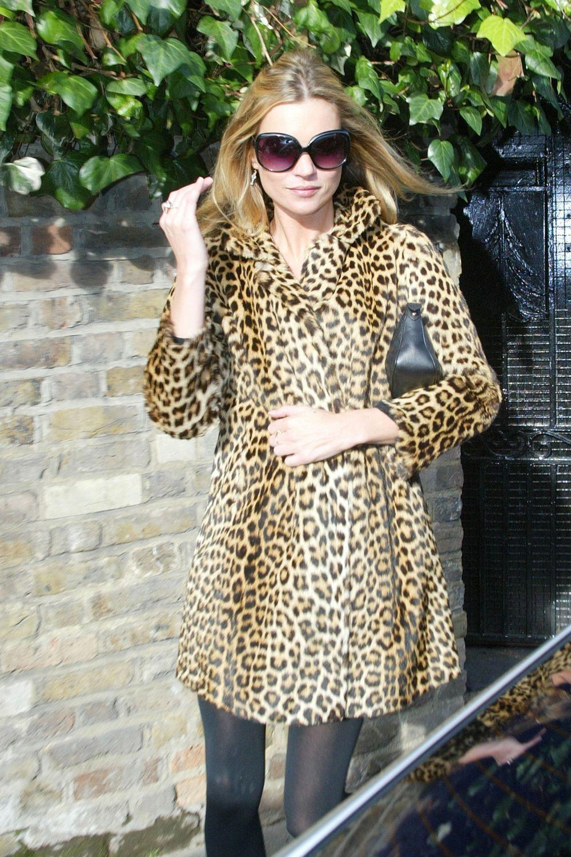 Kate Moss con abrigo de leopardo.