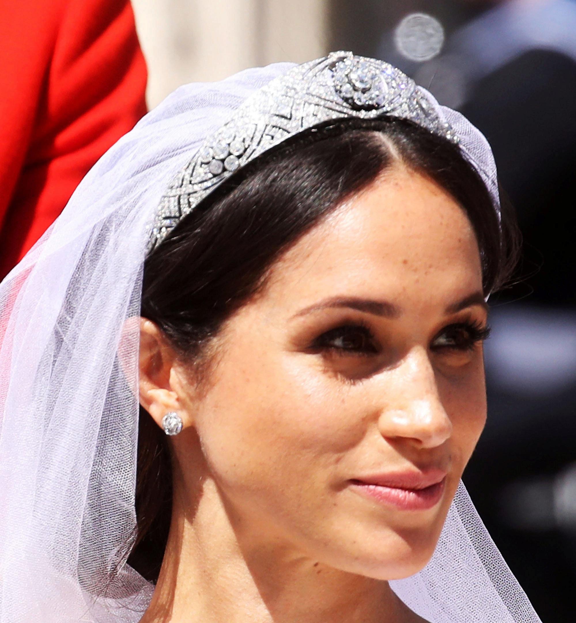 Rostro de Meghan Markle vestida de novia, con velo, tiara y maquillaje...