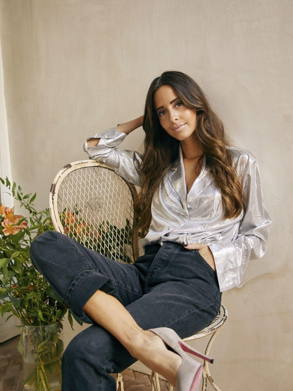 María Fernández Rubiés con camisa plateada, LOVE STORIES; jeans...