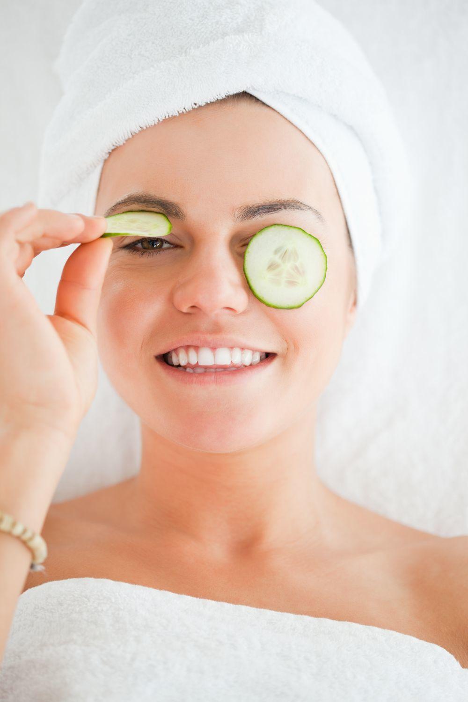 El pepino tiene vitamina E, agua y aceites esenciales que te ayudarán...