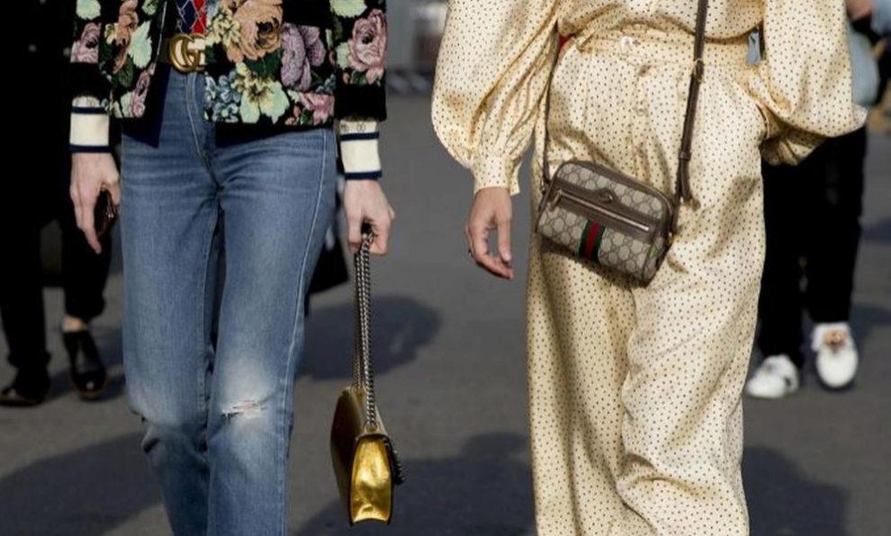 Choé Sevigny luce un minibolso Ophidia con el logo de Gucci.