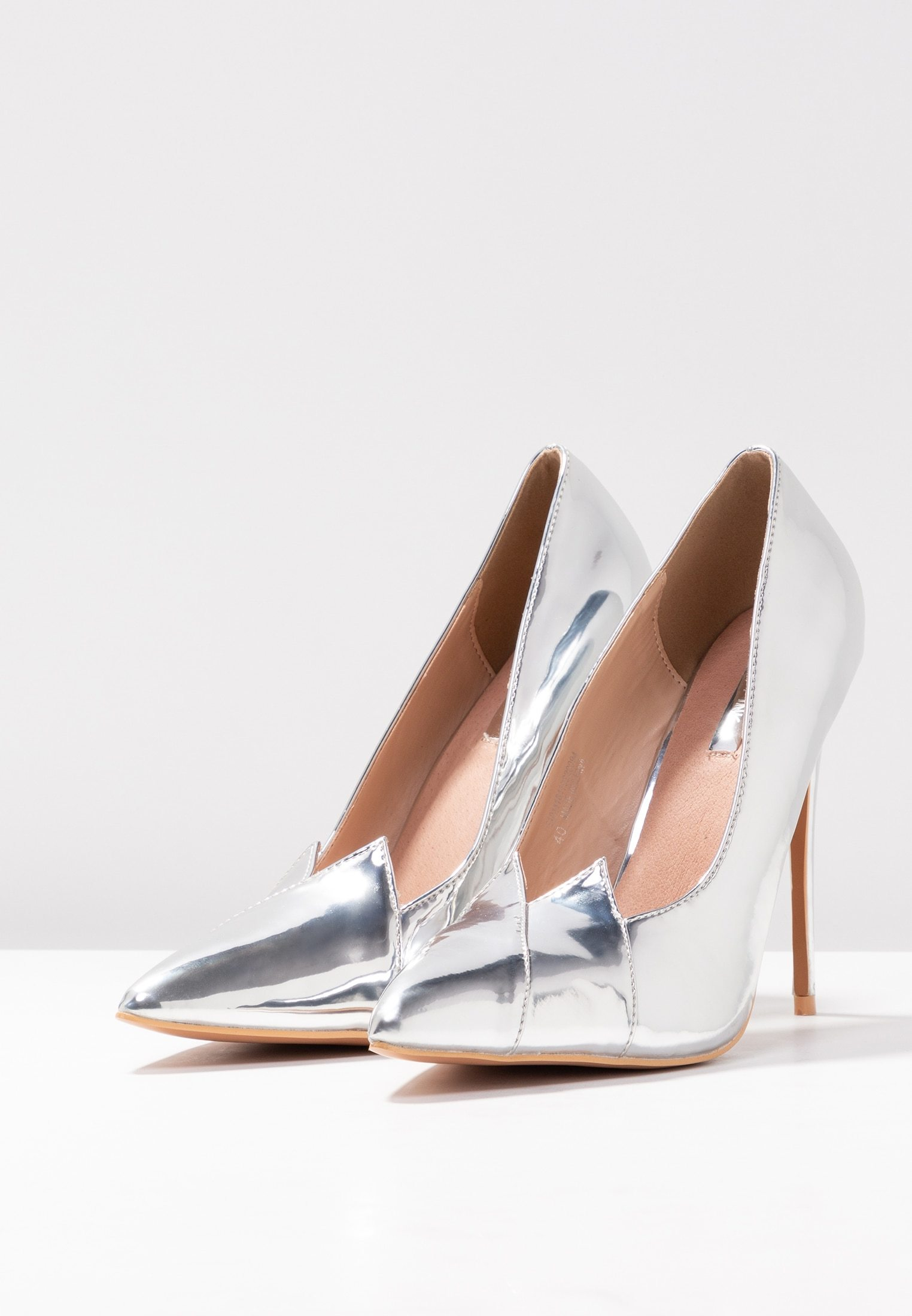 Zapatos de tacón en plata de Zalando(35,95 euros)