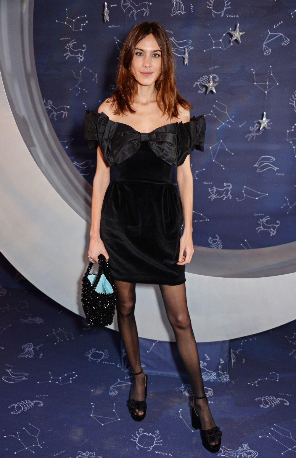 Alexa Chung con un mini vestido negro.