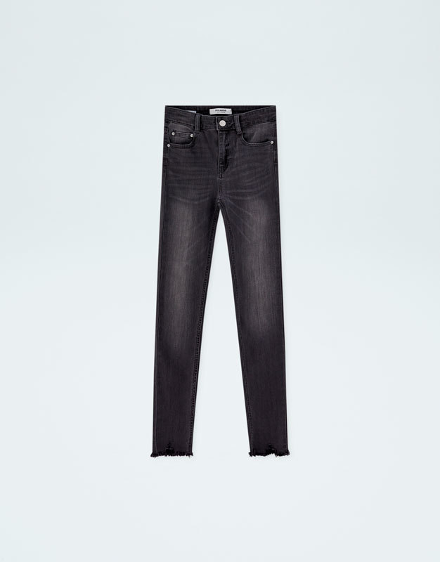 Pantalones vaqueros negros con efecto desgastado, de Pull&Bear (19,99...
