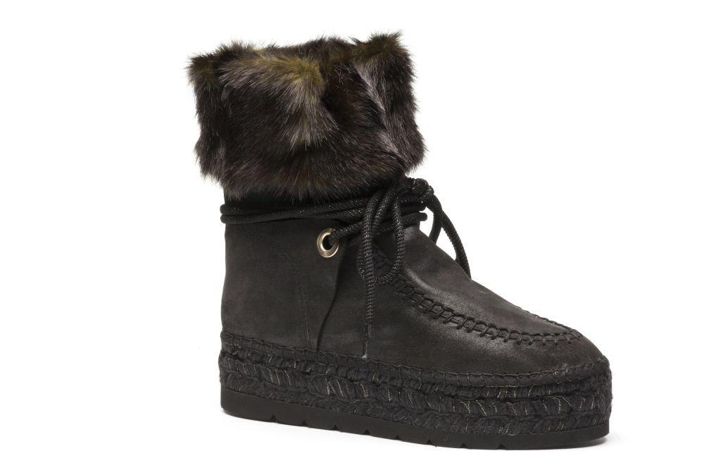 Botas de pelo negras con doble suelta, de Vidorreta (145 euros).