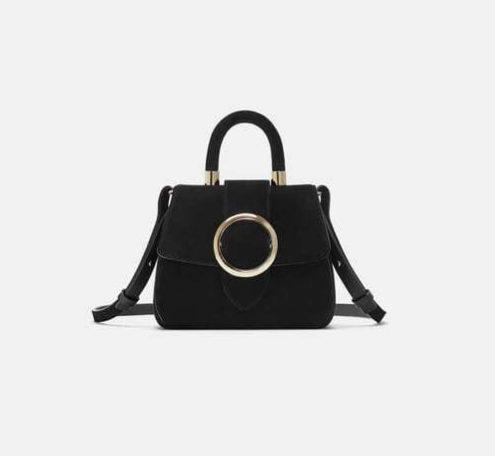 Bolso formato mini de mano de piel en color negro, de Zara (39,95...